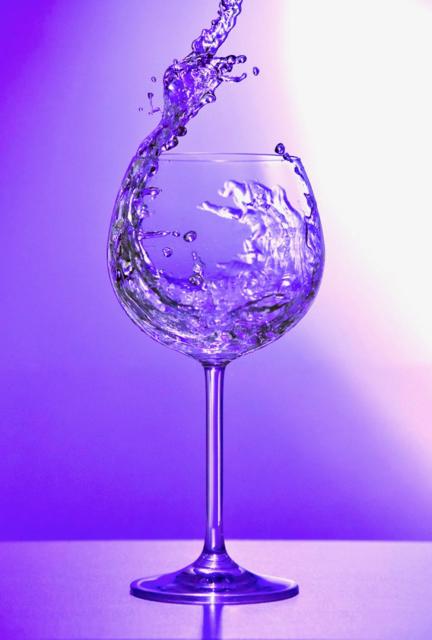 Wasserglas beim Eingießen