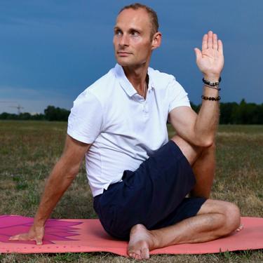 Wie kann Yoga zu mehr Lebensqualität und Wohlbefinden führen?