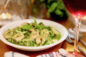 Zucchini-Spaghetti mit Garnelen und Rucula-Pesto